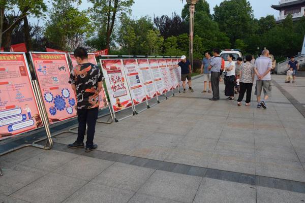 近日,在嘉鱼二乔公园,一块块宣传《宪法》《监察法》等法律的
